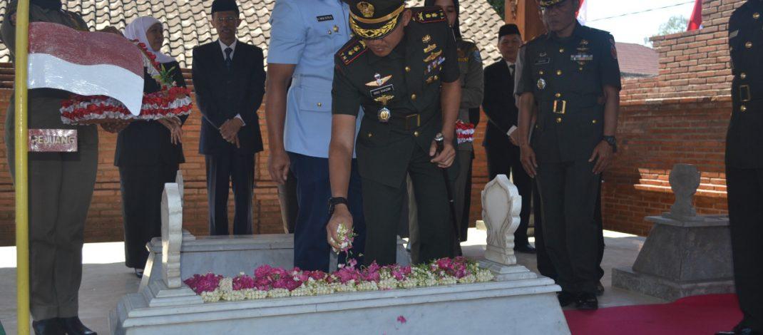 Kasrem 081/DSJ Dampingi Khofifah Ziarah ke Makam Gubernur Suryo