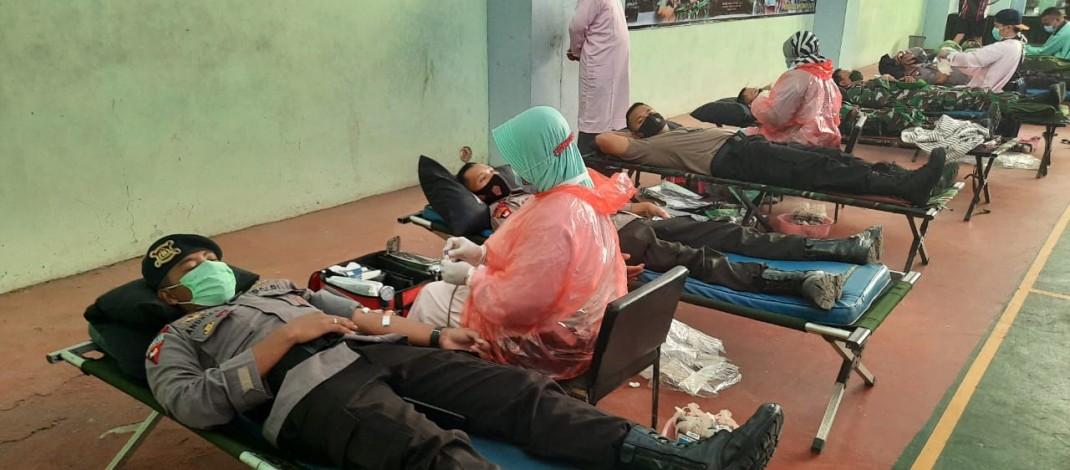 Jelang HUT TNI ke-75, Personil Sat Brimob Polda Banten Ikuti Donor Darah di Korem 064 Maulana Yusuf