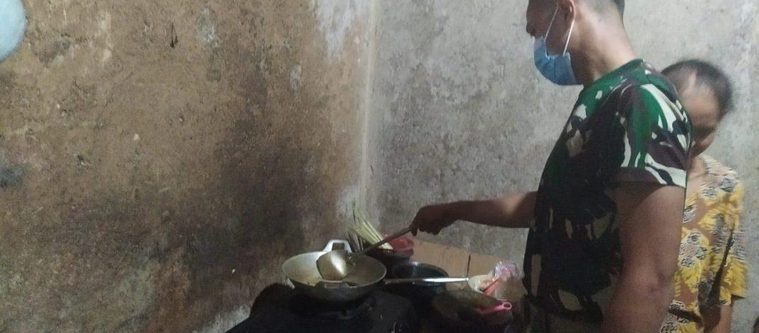 Anggota Satgas TMMD ke 111 Bantu Masak buat Makan Malam